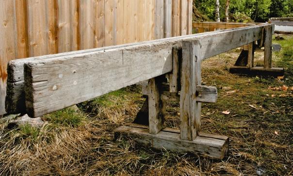Skottbenk frå garden Kverndal i Målselv Kommune. Benken har tidlegare truleg hatt stramming med skruvar men er no tilpassa bruk med kilestramming. Foto: Siv Holmin