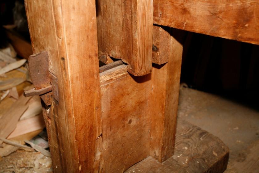 Spennjarnet som låser stavane på skottbenken.