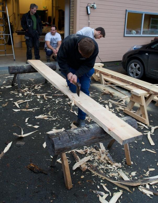 """Utgangspunktet for golvborda er ukanta bord som er 2"""" tjukke. Vi kanta borda ved å merke med sotstnor og hogge kanten med snekkerbile. Foto: Roald Renmælmo"""