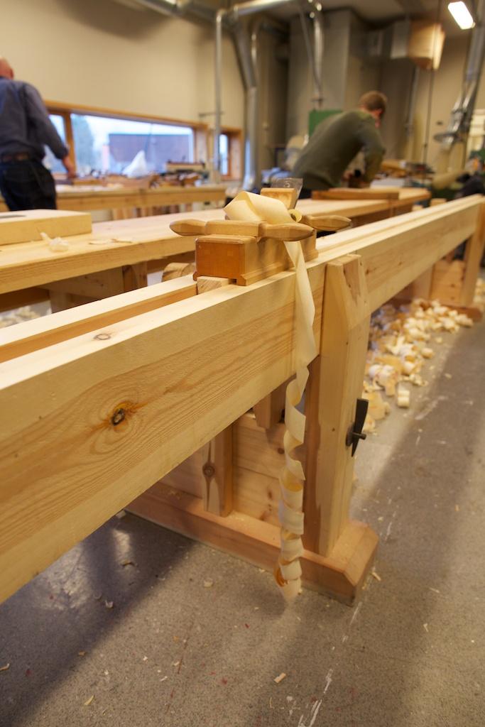Skottokse og ferdigskote bord fastspent i skottbenken til smedane på NDR. Legg merke til det flotte spennjarnet med kile på denne benken. Her er det ikkje snakk om noko vanleg gjengestål. Foto: Roald Renmælmo
