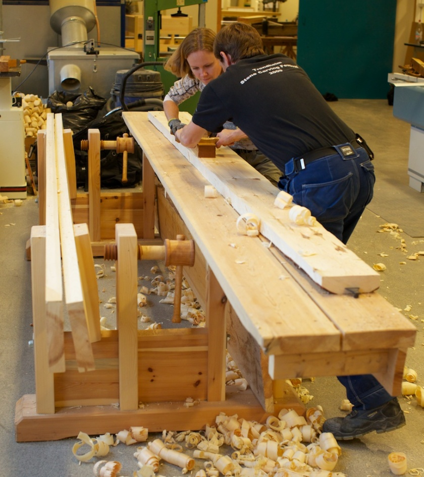Studentar på bachelorstudiet i Teknisk bygninsvern og restaurering høvlar flask på golvbord på skottbenken til Thor-Aage Heiberg. Foto: Roald Renmælmo