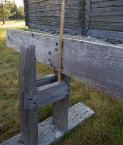 Spennborda på benken er festa med svalehale og spikar. Høgda frå desse og opp til langbordet er 23 cm. Med meiane på skottoksen så kan ein då truleg høvle bord som er maksimalt 24-25 cm breie.