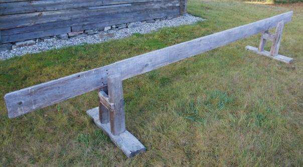 Skottbenken på museet i Karasjok. Langbordet er 4.5 meter langt og 3,5 x 20 cm i rota og 3,5 x 17,5 cm i toppenden. Benken er ca 63 cm høg frå marka og opp til overkant av langbordet. Foto: Roald Renmælmo