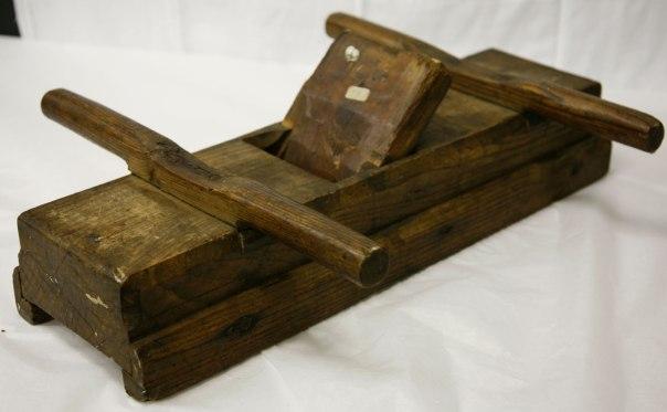 """Strykehøvelen på Osterøy museum i Hordaland har registreingsnummer OM 1392. Høvelen er kring 60 cm lang og kan høvle kring 5"""" bredde. Høvelstokken er ca 6"""" brei."""