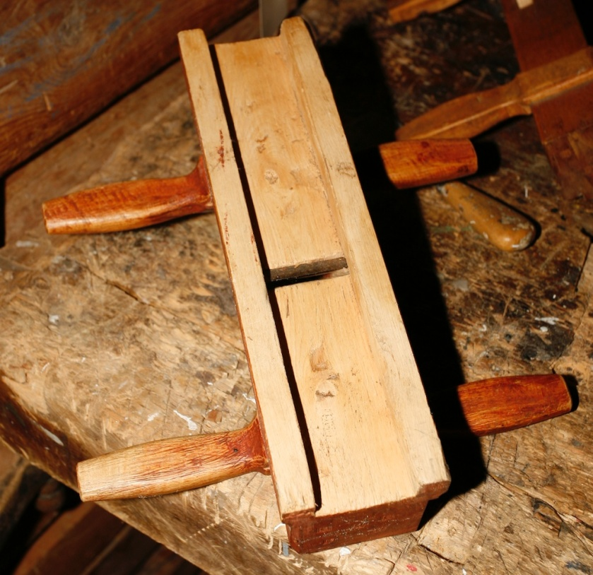 Undersida av skottoksen. Høvelen er laga av bjørk. Det er gjort eit særs fint arbeid med denne. Foto: Roald Renmælmo