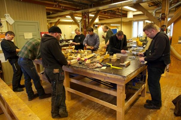 Smedane er samla i snikkarverkstaden på NDR og har begynt å merke opp emnet for å lage sin første eigenproduserte høvel.