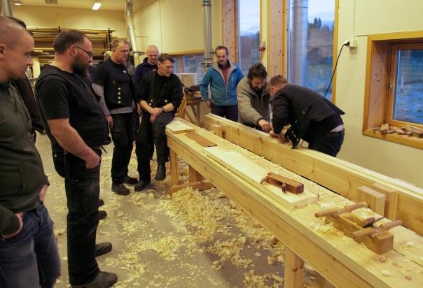 Smedane er på Sverresborg og prøver for første gong å høvle på skottbenk. Foto: Roald Renmælmo