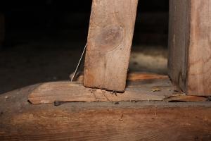 Kilen løfter beinet litt ut av fotplaten.