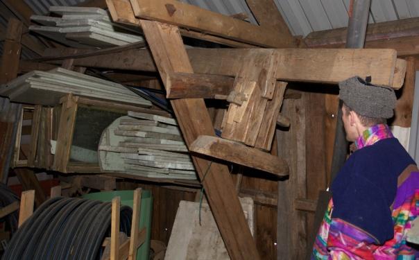 Oddmund Aarø studerer den gamle skottbenken på Krokstad i Bardu. Foto: Roald Renmælmo