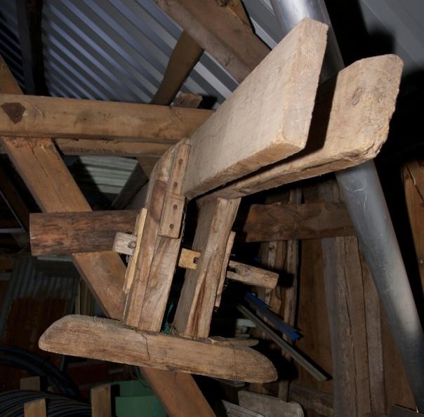 Skottbenken på Krokstad i Bardu. Foten til venstre er tappa gjennom fotstokken. Foten til venstre er tappa ned i eit litt romt hol og har litt å gå på for stramming. Begge langborda har marg ut. Foto: Roald Renmælmo