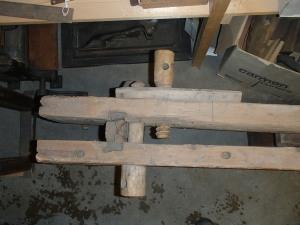 Benet har sprukket i enden og benken holdes sammen med en skrue. Skruen øverst brukes til å feste bordet som skal skytes i rettbenken.