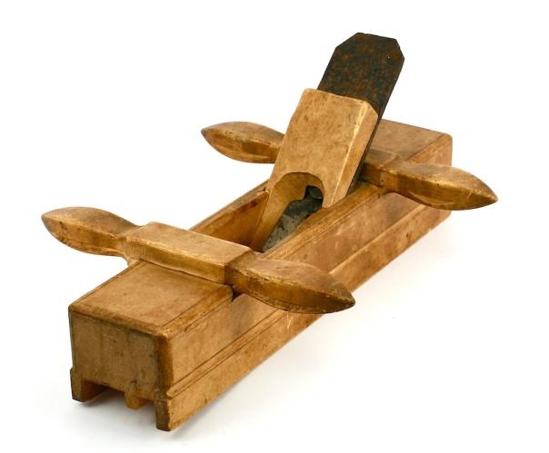 Golvplog til not. Denne er frå verktøyet i kista etter snikkaren Knut Larsen Høis, Høs-Knut. Foto: Roald Renmælmo