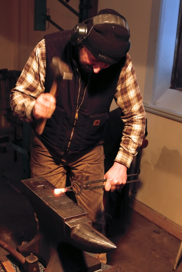 Smeden Mattias Helje smir høvelstål til golvplogar. Foto: Roald Renmælmo