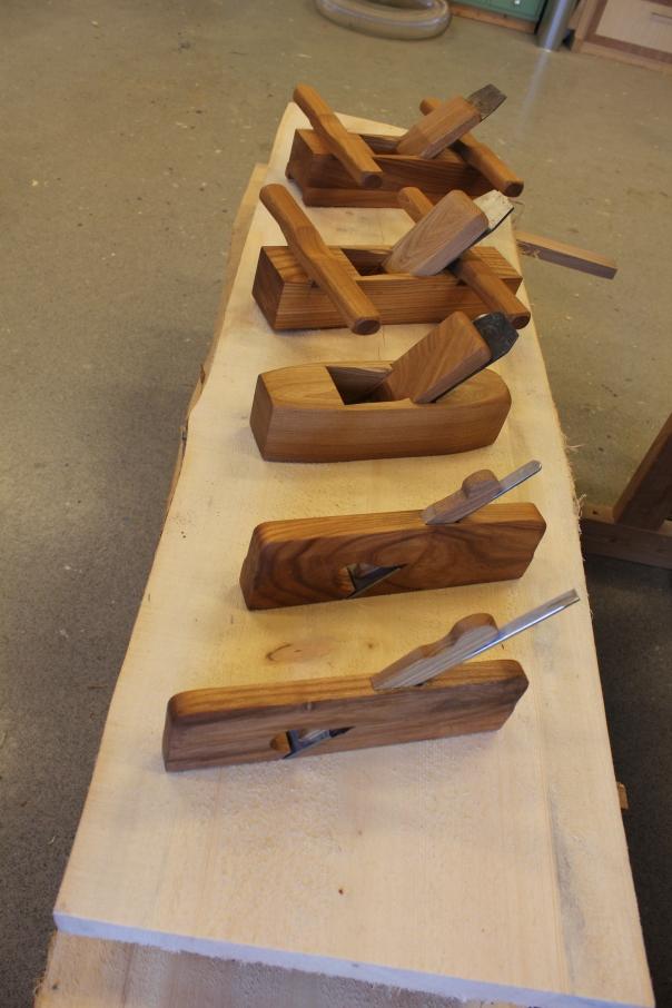 Fem høvler laget i serie. Skottokse, slettokse, pusshøvel, og to simshøvler.