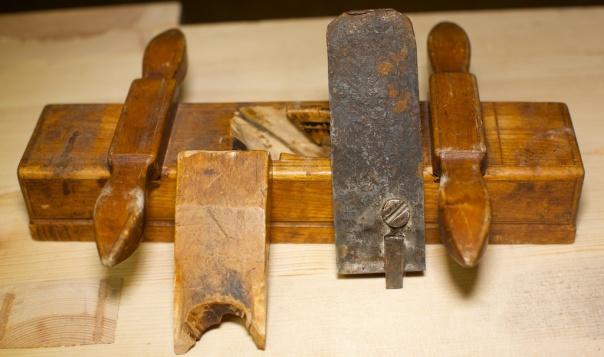 Nothøvelen med tann og kile tatt ut. Det vesle stålet som står i spalta kan skruvast laus for at ein lettare kan slipe ståla. Foto: Roald Renmælmo