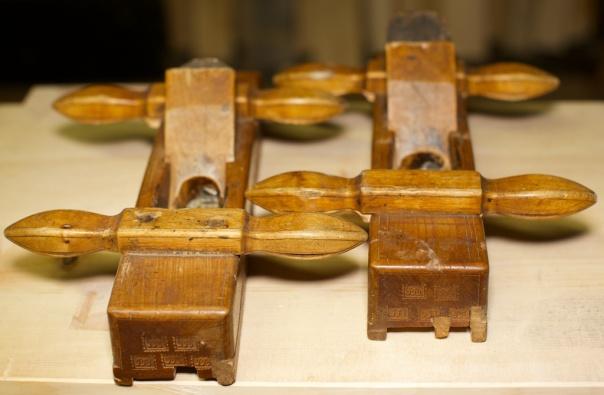 Golvplogane i verktøykista til Knut Larsen Høis (1799-1882). Plogane har stemplet til hans svigerbror, Jon Jonsen Sørgård (1796-1865) som truleg har laga dei og brukt dei før Knut overtok dei. Høvlane har meiar på sida for å brukast i skottbenk og er fungerer slik at ein slepp å rette borda først med skottoksen. Foto: Roald Renmælmo