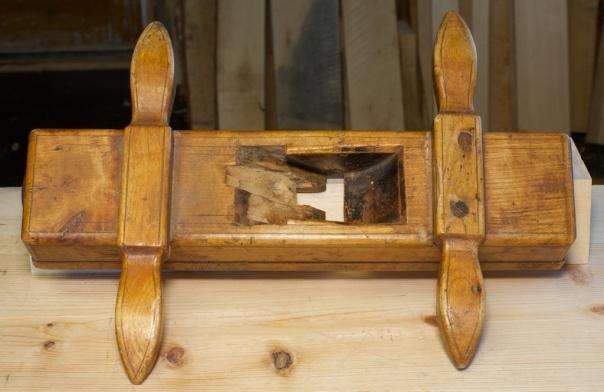 Sponromm og kilegang på fjørhøvelen. Det vesle stålet i spalta ligg på undersida og må fellast ned i senga. Foto: Roald Renmælmo