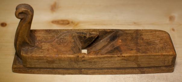 """Denne høvelen kjem truleg frå Valdres. Stokken er 10 ¼""""  (26,8 cm) lang og truleg av ask. Stokken er 63 mm brei på midten og 58 mm bak. Stålet har vore 1 ⅞"""" bredt. Foto: Roald Renmælmo"""