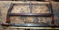 This is a frame saw from a tool collection at a museum in Trøndelag. It has a very dark color. Photo: Roald Renmælmo