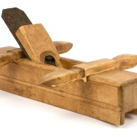 This plane is for grooving floor boards. It is from about 1860-1880 and seems to have been left without finish. It is not cleaned. It is from the tool chest that was used by the famous Knut Larsen Høis (1799-1882). Photo: Roald Renmælmo