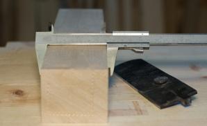 Bredda på emnet er 70 mm som på den originale høvelen. Det gir 10,5 mm med treverk på kvar side av høveltana. Dette er meir enn vanleg på sletthøvlar som gjerne kan ha 7-8 mm. Emnet er ferdig retta, vinkla og dimensjonert så nøyaktig som råd. Dette er viktig sidan all merking blir gjort med utgangspunkt i kantane. Foto: Roald Renmælmo