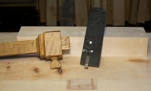 Sidan emnet til høvelstokken er 70 mm og høvestålet 49 mm blir det 10,5 mm ved på kvar side av stålet. Eg stillar ripmoten på 10,5 mm. Foto: Roald Renmælmo