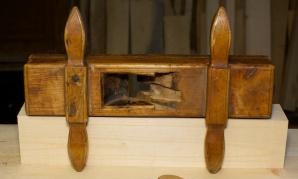 Eg tar utgangspunkt i plassering av handtak og sponrom frå den originale høvelen. Foto: Roald Renmælmo