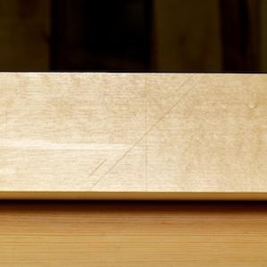 Her er det streka på for tjukna på høvelstålet. Legg merke til at det er strek både oppe og nede. Det er for at høvelstålet er litt konisk, litt tynnare i bakkant og dette er viktig å få med. Foto: Roald Renmælmo