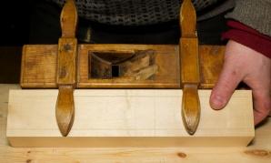 Her er merka overført for kilegangen. Den originale høvelen er lagt på sida for å vise korleis det ser ut ferdig. Foto: Roald Renmælmo