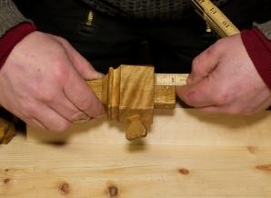 """Eg stiller ripmoten på drygt ⅝"""" (17 mm) for merking av sidene på sponrommet framom kilen. Foto: Roald Renmælmo"""