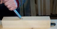 Så snur eg jarnet med slipefasen opp og stikk reint og prøvar å få same vinkel som merkinga på sida av stokken. Her set eg att litt ved inn til streken. Foto: Roald Renmælmo