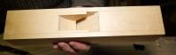 Framkanten av sponrommet er runda nedover. Grovarbeidet kan gjerast ved å hogge ut med ein vanleg hoggjarn. Siste finpuss kan vere praktisk å gjere med eit stemjarn med butt sliping (gjerne 50 grader) eller konveks slipfas og arbeide med fasen ned. Foto: Roald Renmælmo