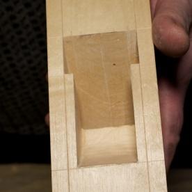 Her er det merka med sentermerke i skruveholet og ein svak riss for spalta. Foto: Roald Renmælmo