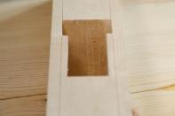 Her har eg lagt det vesle stålet på flata i senga og merka av omrisset for å hogge ut for det. Foto: Roald Renmælmo
