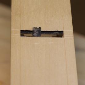 Høvelstålet er ferdig felt inn i stokken. Både det vesle stålet og det store stålet ligg godt an mot senga. Det er heller ikkje for romt på sida av det vesle stålet. Foto: Roald Renmælmo