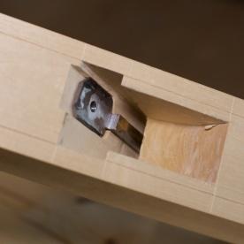 Her er prøving av veslestålet. Eg prøver det både laust og fastskruva til det store stålet. Det er viktig at det ikkje blir hogd for djupt. Det vesle stålet må ligge stødig mot treverket. Om det blir romt her kan det bli vibrasjon i stålet under høvling. Foto: Roald Renmælmo