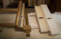 Når stålet er ferdig tilpassa brukar eg det som utgangspunkt for å høvle ut fasongen, profilen i sålen på høvelen. På førehand er dei to ståla til nothøvelen og fjørhøvelen slipt til så det passar nøyaktig. Nothøvelen må skjere ei not som er ørlite vidare enn fjøra. Vi snakkar om ca 0.1 mm. Når den eine av plogane er ferdig er det den som blir referansen for høvlinga av sålen på den andre høvelen. Her er verktøyet som skal brukast, flyttplog og ripmot. Foto: Roald Renmælmo