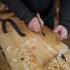 Eg brukar ein brei semshøvel til å høvle ned ryggane mellom notspora. Foto: Roald Renmælmo