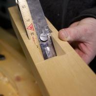 """For å få eit mål på kor stor kilen må vere så måler eg først bredda på kilegangen, her er det 49 mm. Så måler eg lengda på kilegangen frå sponåpninga og opp. Her er det ca 2 ½"""". Foto: Roald Renmælmo"""