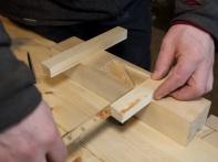 Eg plasserer handtaka oppå høvelstokken og sentrer dei og merkar av på handtaket der det treff kanten på høvelstokken på kvar side. Foto: Roald Renmælmo