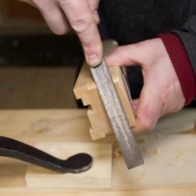 Når kantane er grovskore med stemjarnet kan ein runde overgangane med ei fil. Foto: Roald Renmælmo