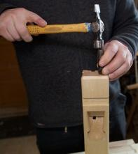 Her stemplar eg 5 gongar i framkanten av høvelstokken slik det er gjort på den gamle høvelen. Foto: Roald Renmælmo