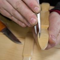 Handtaka er runda på tilsvarande vis som høvelstokken. Eg merkar dette med passar. Foto: Roald Renmælmo