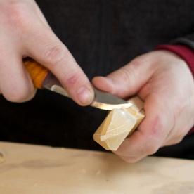 Inni rundingane er det greitt å ha ein kniv med ein litt avlang spiss. Foto: Roald Renmælmo