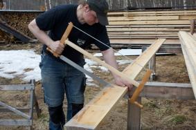 """Eg laga meg ei målelekt med lengdemålet på golvborda og kappa dei med omlag 1"""" overmål på lengda. Foto: Roald Renmælmo"""