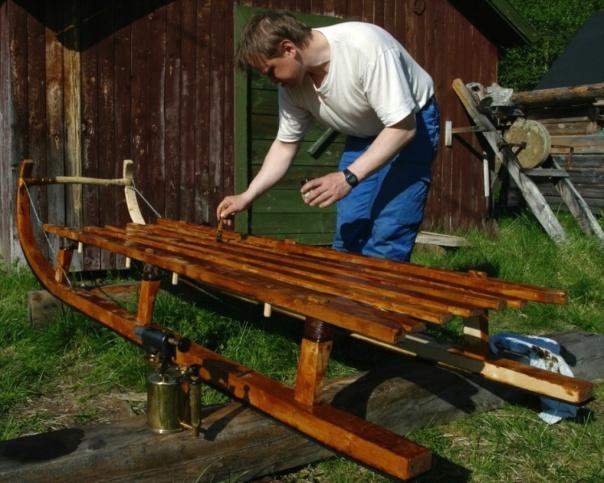 Reinsleden er bygd av Johan Beddari i Pasvik. Eg penslar på rein tjære på treverket som er bjørk. Foto: Siv Holmin