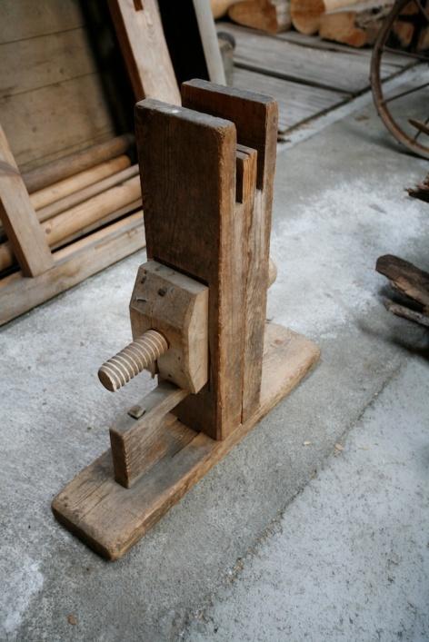 """Den eine av dei to bukkane til skottbenken. Skruven er omlag 2"""" i diameter. Foto: Roald Renmælmo"""
