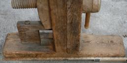 """Fotplata til skottbenken er omlag 78 cm lang, 7"""" brei og 2"""" tjukk. Den høgre foten er tappa gjennom."""