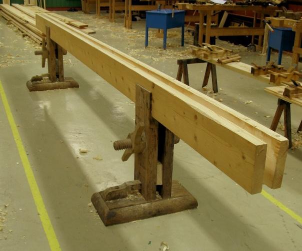Skottbenk frå Nordmøre av tilsvarande modell som benken på Surnadal bygdemuseum. Denne har fått nye langbord i samband med at han var i bruk til høvling av golvbord på Dovre i 2008. Foto: Roald Renmælmo