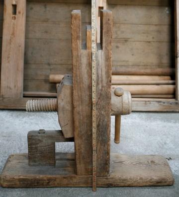 Bukken har den eine (høgre) foten fast og den andre laus. Høgda på bukken er 77 cm. Langbordet stikk omlag 3,5 cm over toppen av bukken. Total høgd vert då omlag 80 cm. Foto: Roald Renmælmo